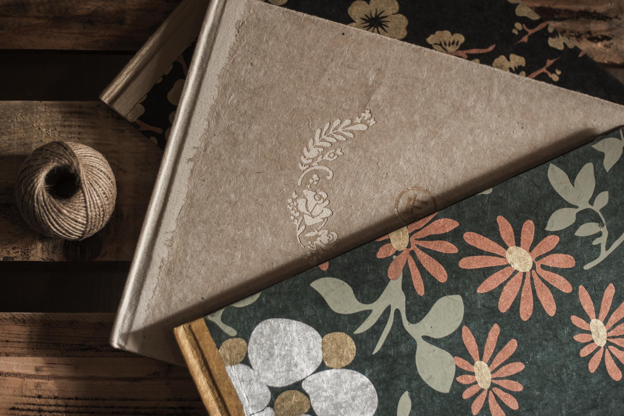 libros papel nepalí beige y papel pintado flores