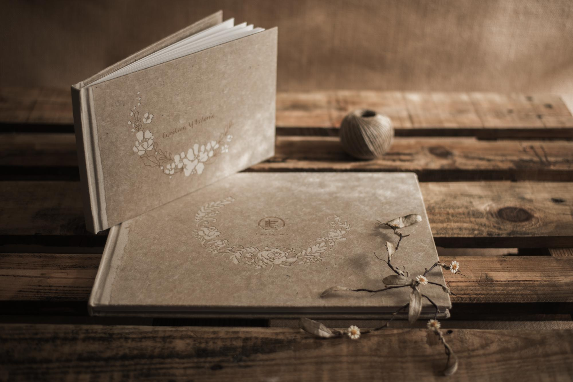 Libros de bodas con portada en papel nepalí color beige natural