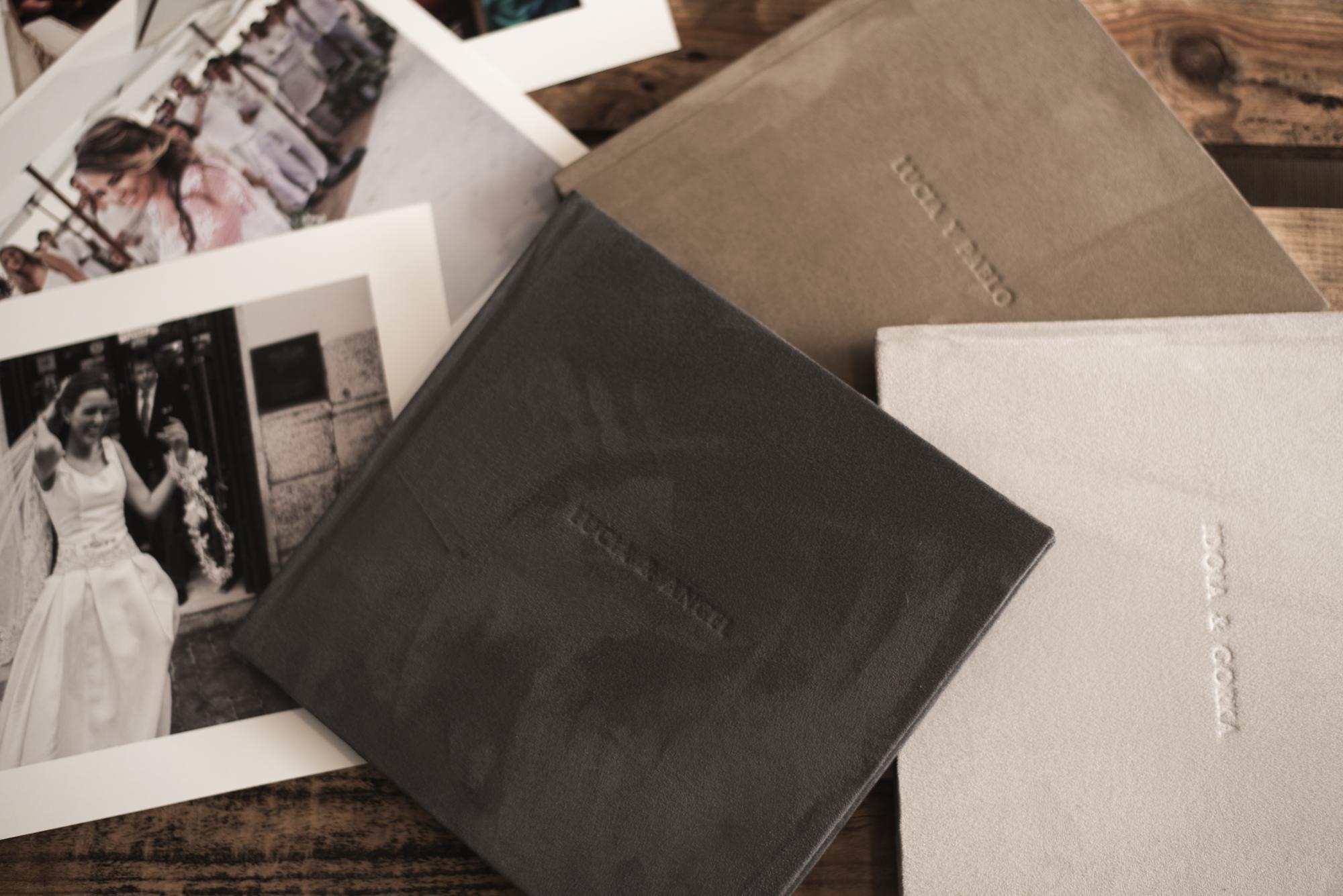 Libros de polipiel color gris oscuro, claro y beige