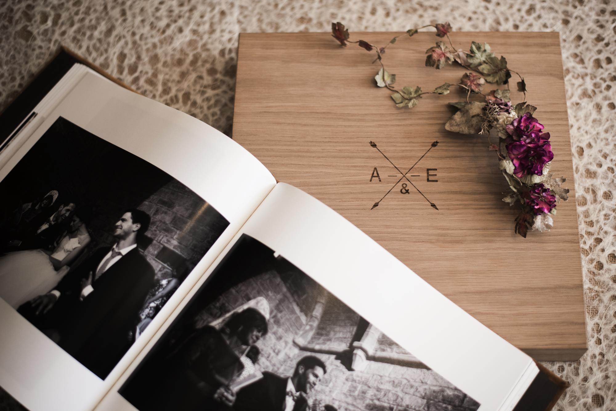 Caja de roble natural con libro de fotos de boda