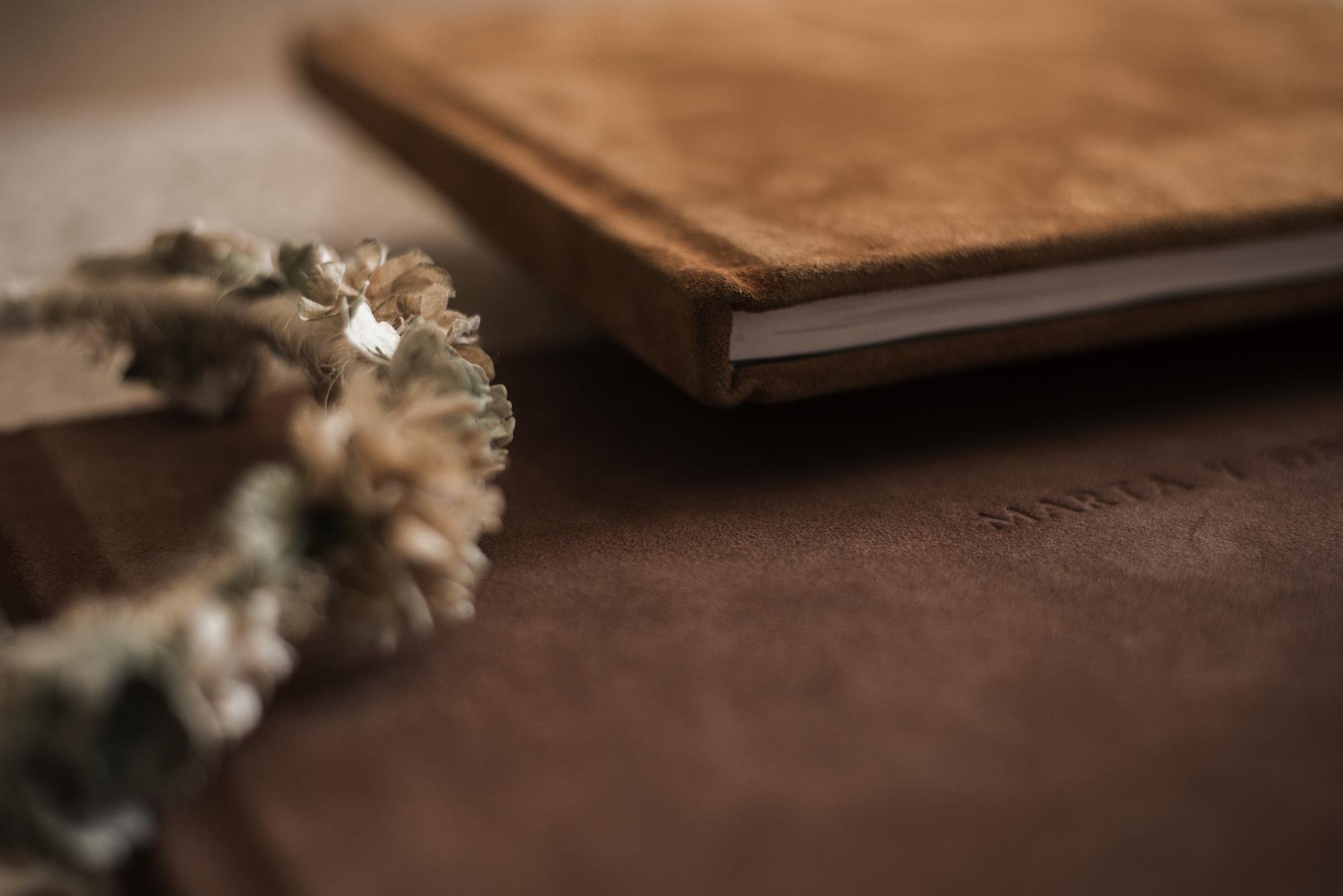 Libros portada piel de serraje color mostaza y chocolate