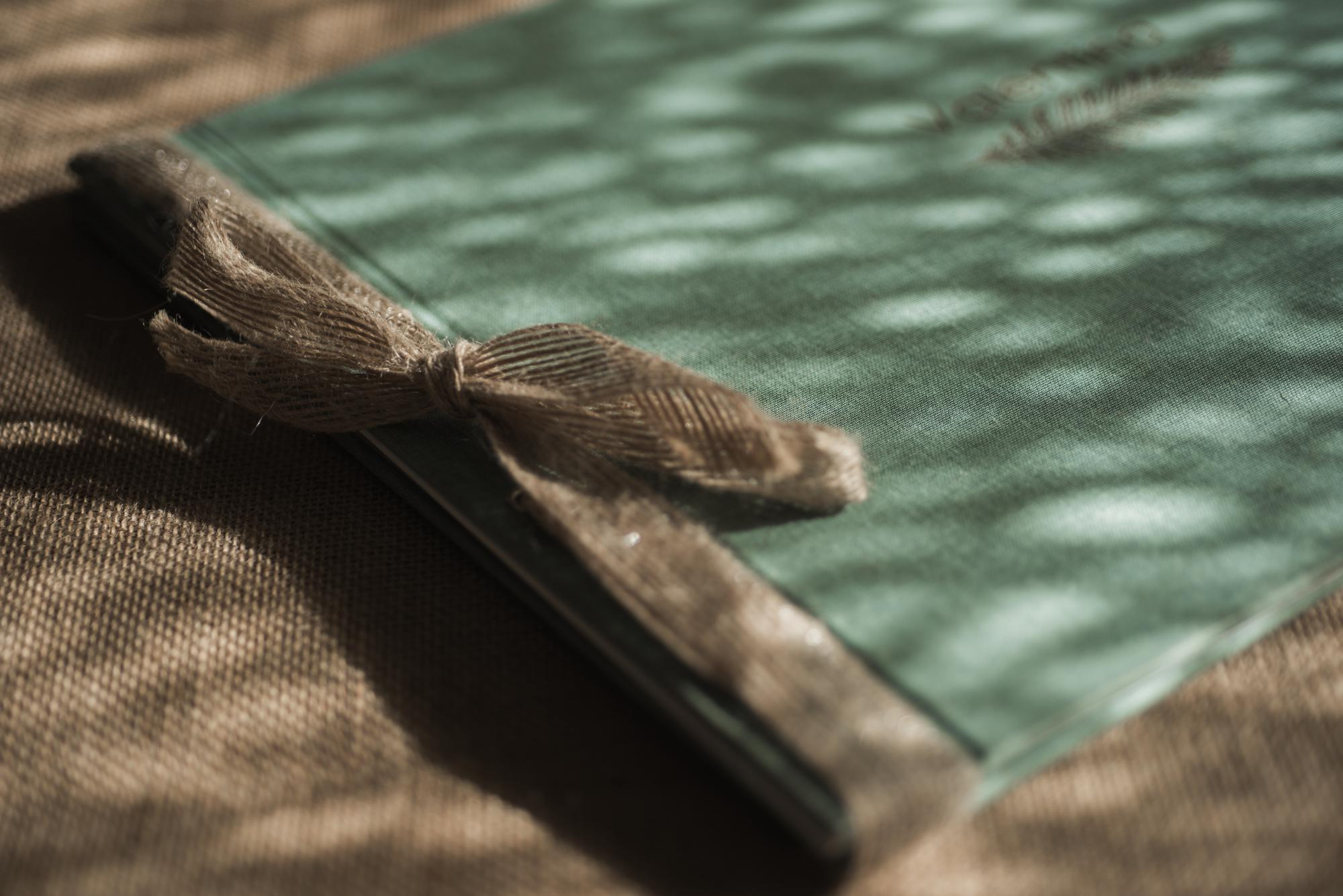 Carpeta en verde jaspeado con lazo de lino natural