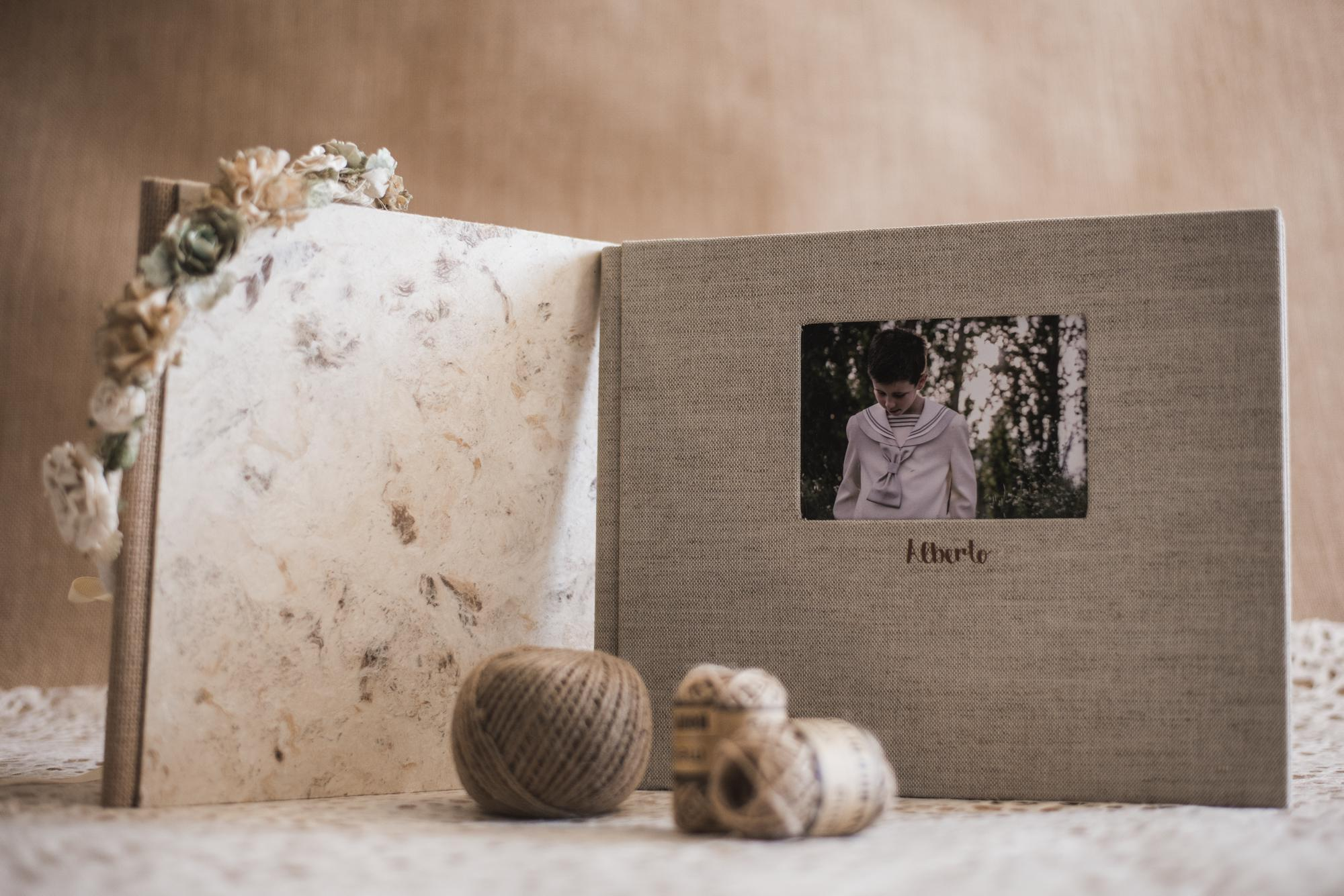 Libro de comunión en lino avena con ventana y papel corteza blanca